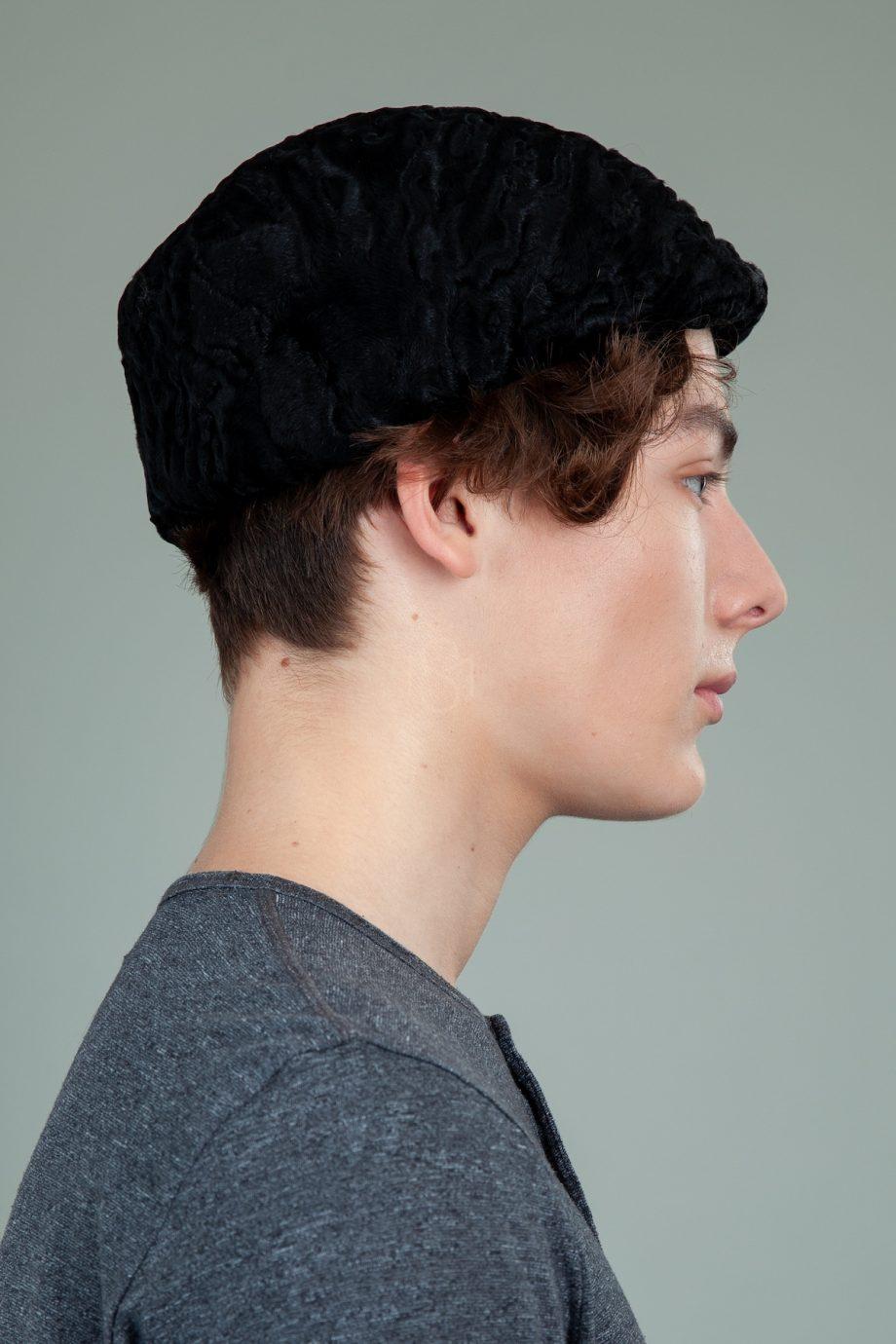 juoda karakulio kepure su snapeliu