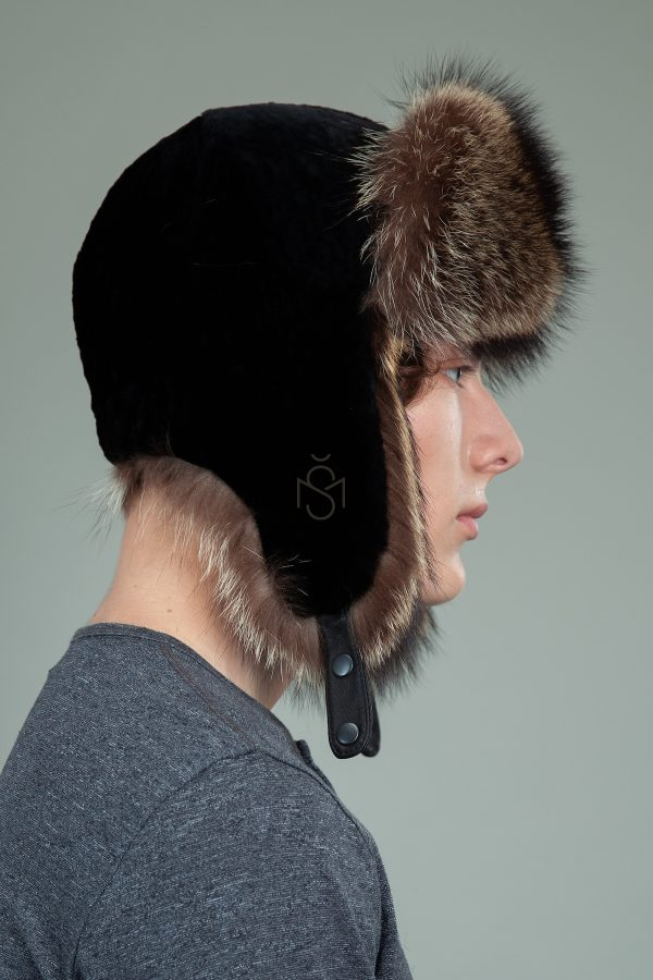 juodo avikailio ir usurinio kepure su susegamomis ausimis