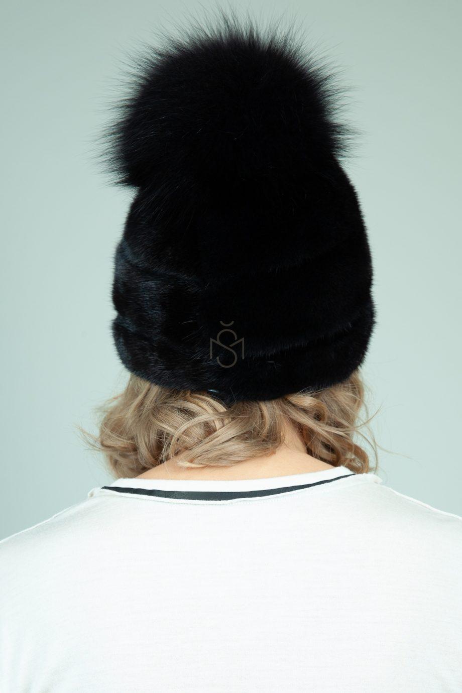 juodos audines kepure su odos intarpais ir pom-pom