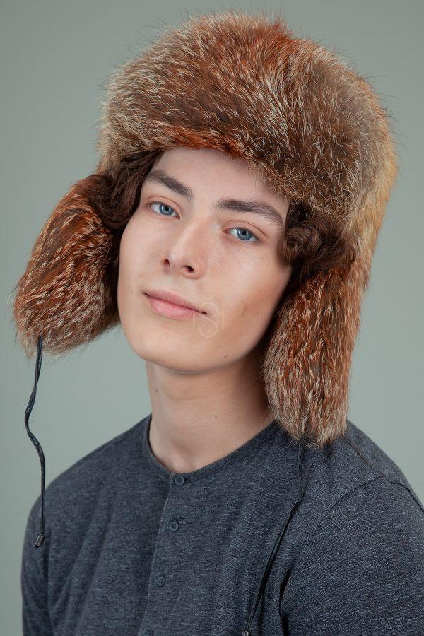 raudonos lapes kailio kepure su susegamomis ausimis