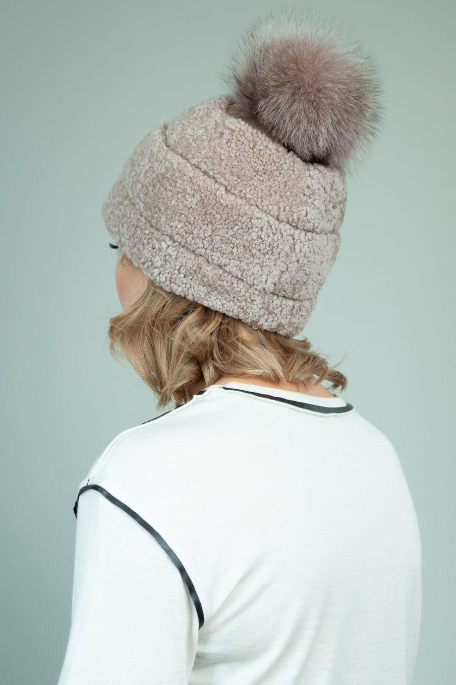 biezine avikailio kepure su odos interpais ir kailio pom-pom