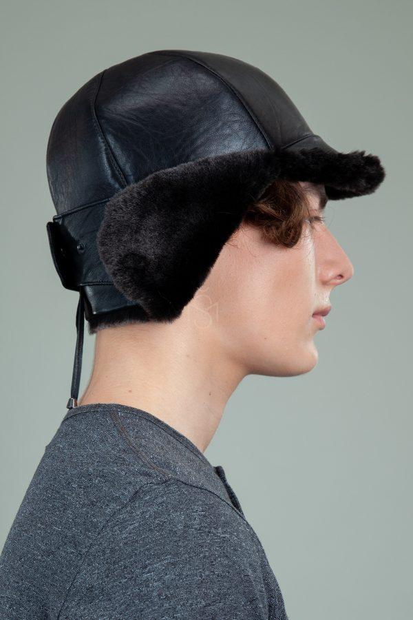 juoda avikailio kepure su susegamomis ausimis