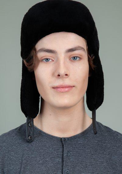 juoda bebro kepure su susegamomis ausimis