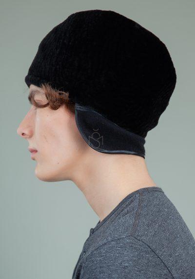 juodo avikailio kepure su atvartu ausims