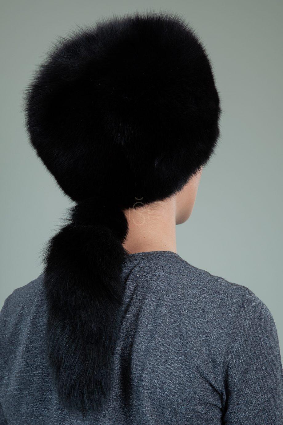 juodos lapes kailio kepure su prisegama uodega