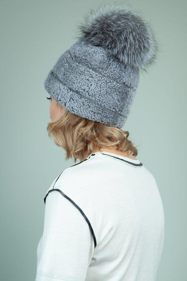 melyno avikailio kepure su odos intarpais ir kailio pom-pom