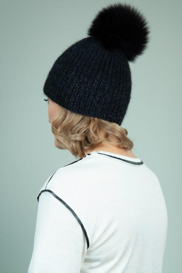rankomis megzta merino kepure su kailio bumbulu