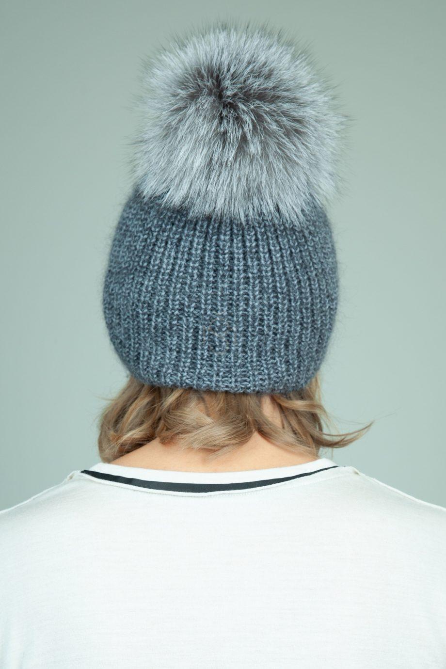 rankomis megzta pilka merino kepure su kailio bumbulu