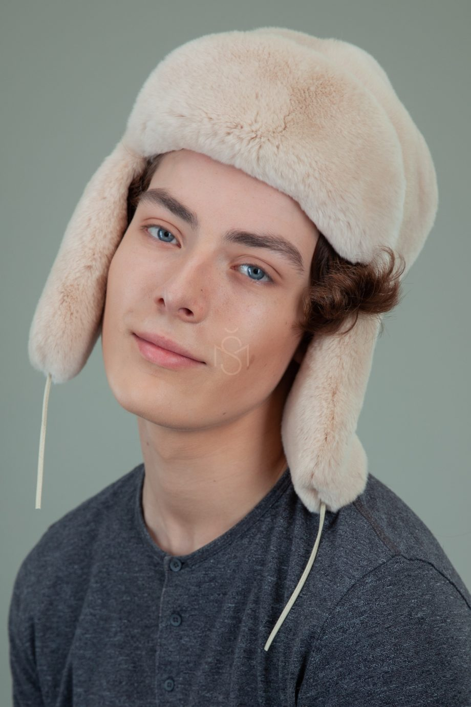 biezinio rekso triusio kailio kepure su surisamomis ausimis moterims